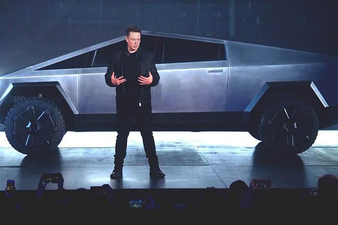 Elon Musk, yeni Tesla aracı Cybertruck'ı tanıtırken kaza yaşadı