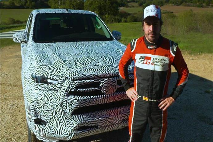 Fernando Alonso Toyota'nın yeni Hilux modelini denedi