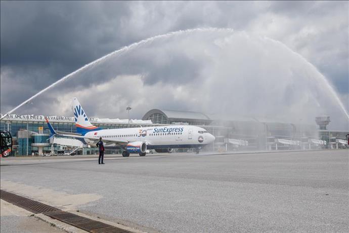 SunExpress yeniden uçuşlarına su takı seremonisi ile başladı