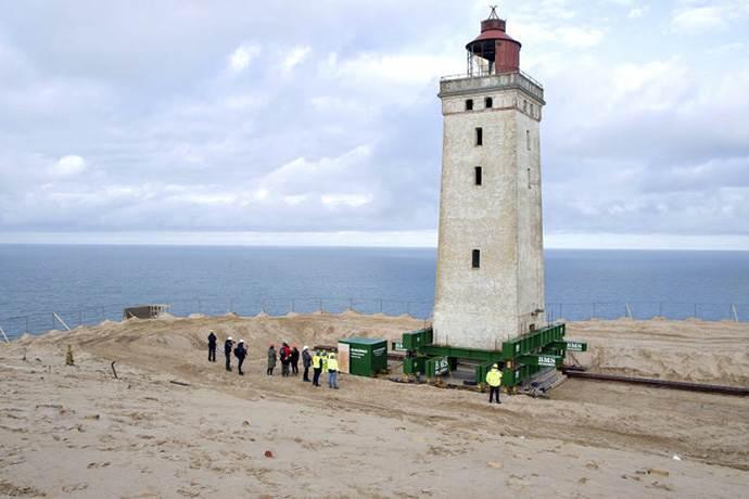 120 yıllık deniz feneri tekerleklerle taşınıyor