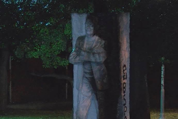 Beşiktaş'ta ünlü şairin heykeli yakıldı