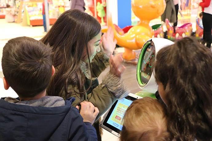 Van AVM'de insansı robot, çocuklara keyifli anlar yaşattı