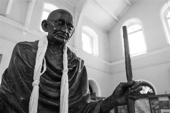 Mahatma Gandhi'nin küllerini çaldılar