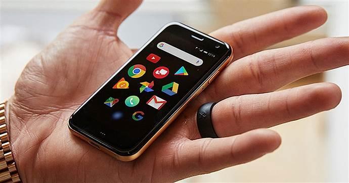 TCL,  70 gramlık akıllı telefonu Palm'ı piyasaya sundu.