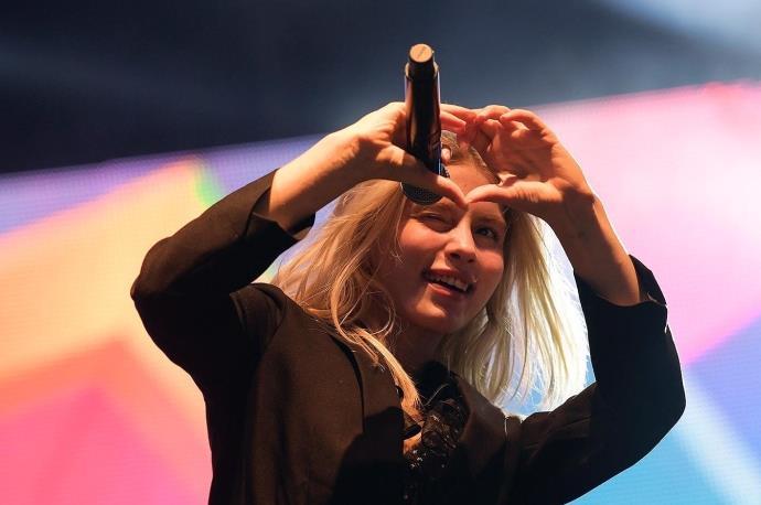 Genç şarkıcı Aleyna Tilki aldığı ödülle sosyal medyadan tepki topladı