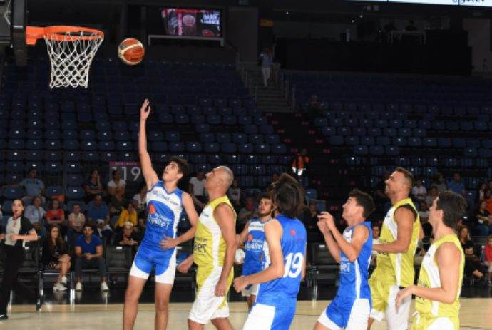 Ünlüler ile diyabetli çocuklar üçüncü kez basket sahasındaydı