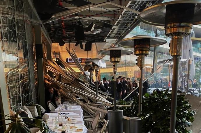 Zorlu Center AVM'de kafenin çatısı oturanların üzerine çöktü!