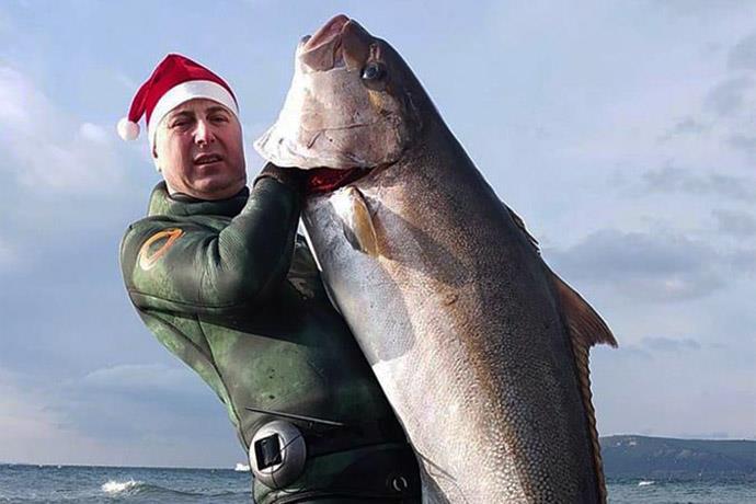 Zıpkınla 1.5 metre uzunluğunda balık avladı
