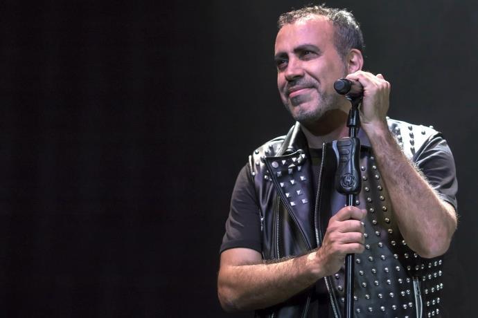 Haluk Levent hastanedeki hayranlarına yılbaşı konseri verdi