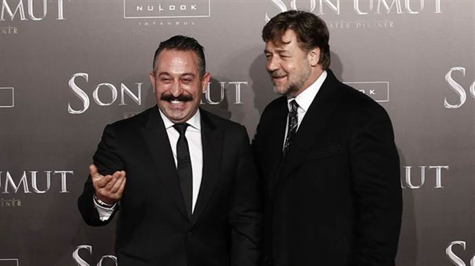 Cem Yılmaz'dan Russell Crowe'a 'geçmiş olsun' mesajı