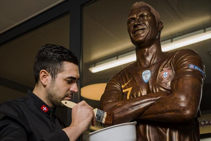Ronaldo'nun çikolatadan heykelini yaptı