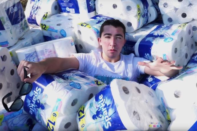 Tüm havuz suyunu kağıt havlu ile emen Youtuber tepki topladı