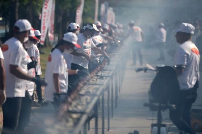 Adana'da 'tek şişte et pişirme' rekoru kırıldı