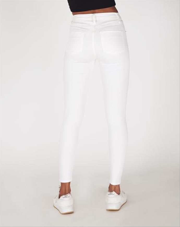Beyaz Pantolonun İçine Ne Giymeli?
