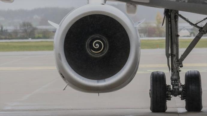Uçağın motoruna para atan adama tazminat cezası