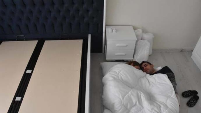 İnternetten yatak sipariş eden çift bir aydır yerde yatıyor